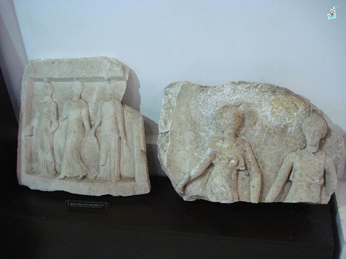 Obrochni plochki, nimfi, Arheologicheski musei Hisarya